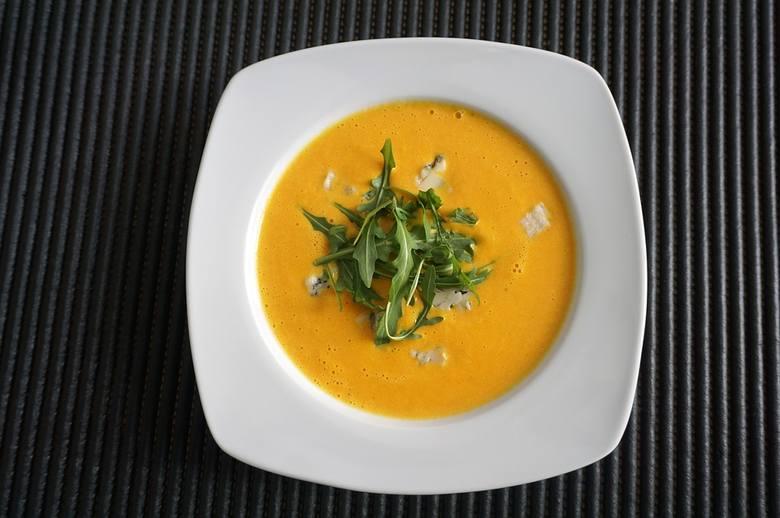 Zupę serową można udekorować grzankami, prażonym słonecznikiem czy rucolą.
