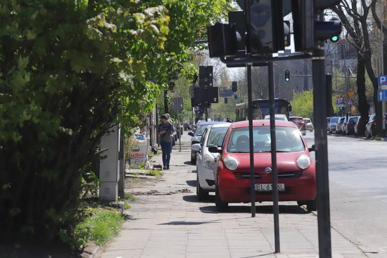 """""""Na większości ulic polskich miast zachowanie odpowiedniego dystansu między pieszymi jest fizycznie niemożliwe"""" - piszą. Powołują się na pozytywne przykłady"""