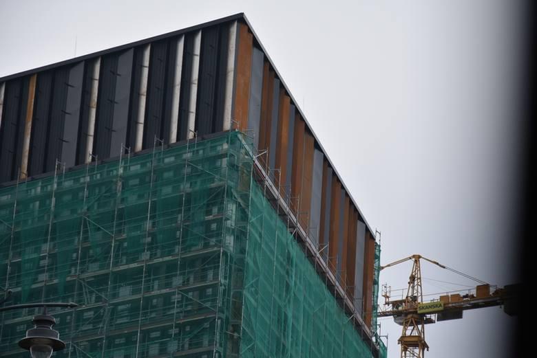 Budowa Bramy Miasta: znikają rusztowania, wyłania się rdzawy korten