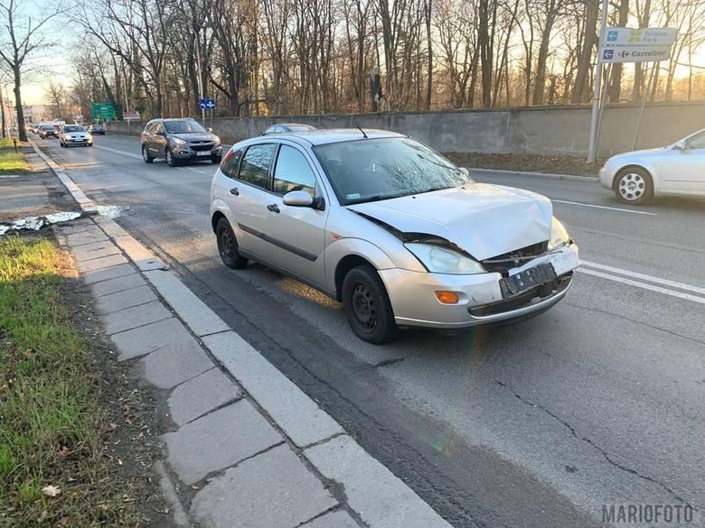 W sobotnie popołudnie doszło do zderzenia trzech samochodów na ulicy Wrocławskiej w Opolu. Tuż przy cmentarzu, na pasie w kierunku CH Karolinka, zderzyły
