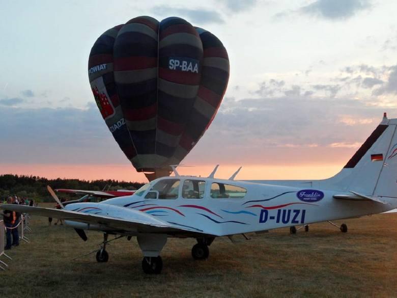 Motocykliści zostawili swoje maszyny na parkingu przed lotniskiem w  Lisich Kątach i skupili uwagę na różnego rodzaju statkach powietrznych