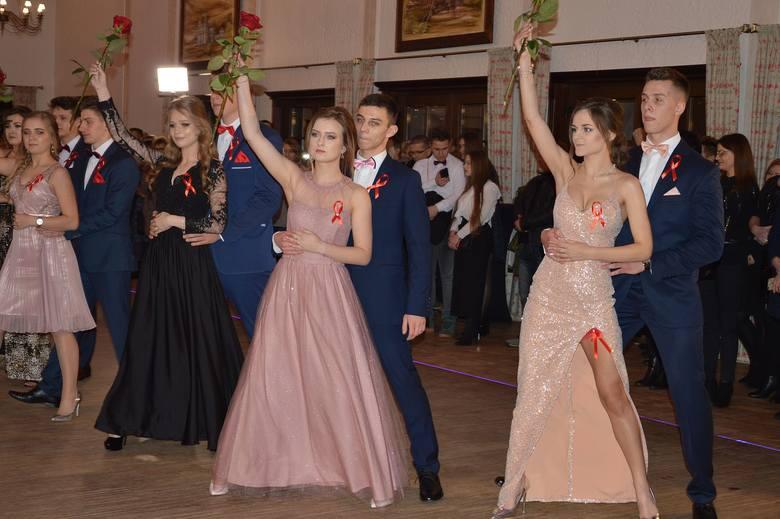 Uczniowie pięciu klas trzecich Liceum Ogólnokształcącego numer II imienia Joachima Chreptowicza w Ostrowcu Świętokrzyskim, zatańczyli w sobotę poloneza