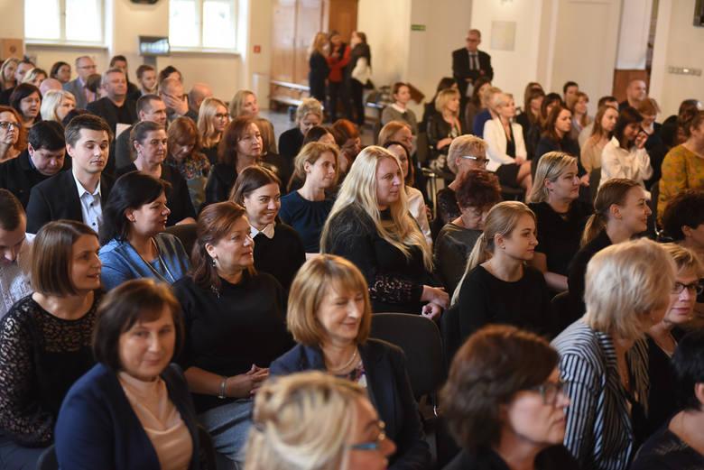 W Toruniu pracownicy socjalni solidaryzują się z ogólnopolskim protestem, chociaż z latem wywalczyli podwyżki. - Pracujemy ubrani na czarno, rozpowszechniamy
