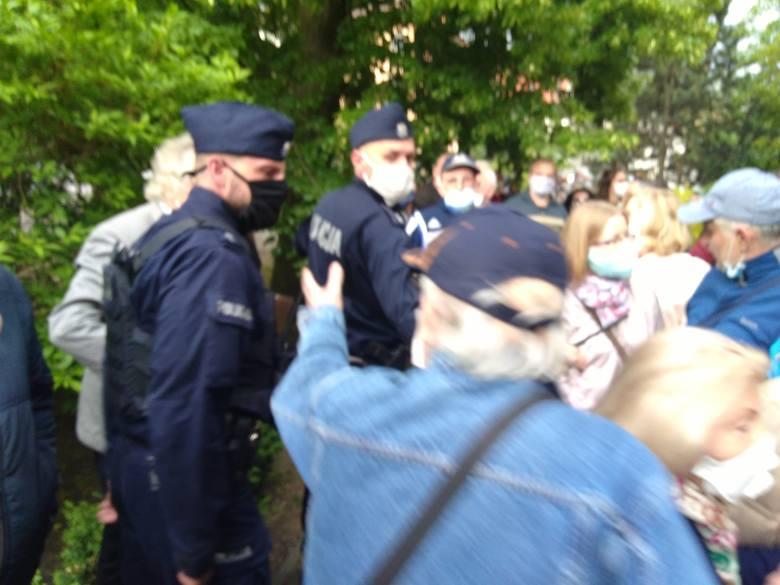 W pewnym momencie wśród tłumu musiała interweniować policja