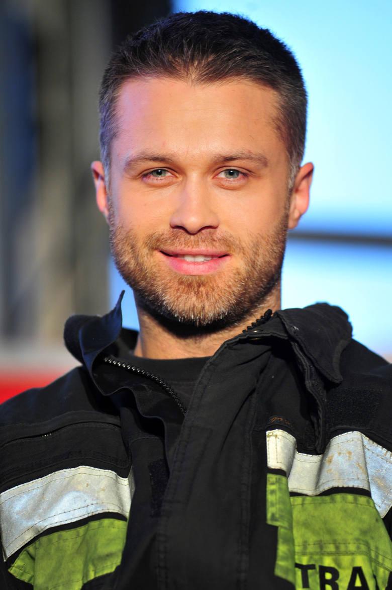 """Maciej Zakościelny na planie serialu """"Strażacy""""."""