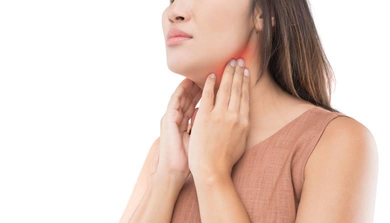 Osoby z chorą tarczycą mają osłabione, suche i matowe włosy. Niedoczynność, a także nadczynność tego narządu powoduje, przyspieszenie wystąpienia ostatniej
