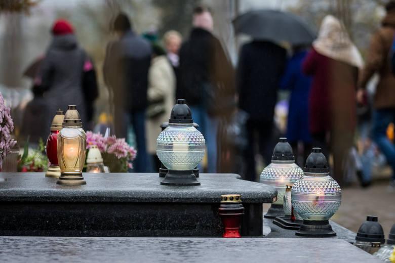 Przypominamy tych, którzy zmarli w ciągu ostatnich 12 miesięcy. Oto krótkie wspomnienie o każdym z nich.Zobacz także: Kwesta na cmentarzu św. Jerzego.