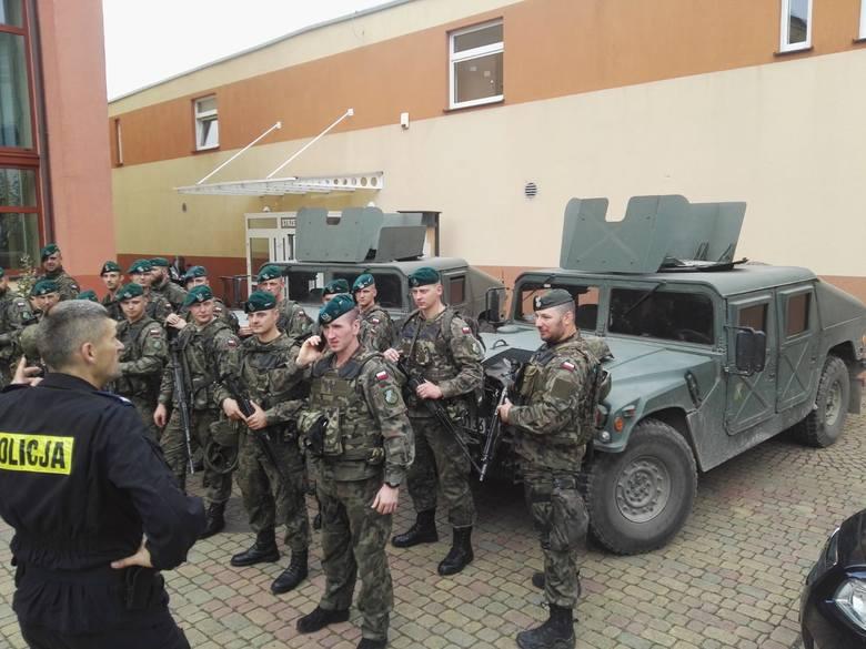 Ćwiczenia strzeleckie doskonalące posługiwanie się bronią krótką prowadzili na terenie słupskiej Szkoły Policji żołnierze z Batalionu Ochrony Bazy w