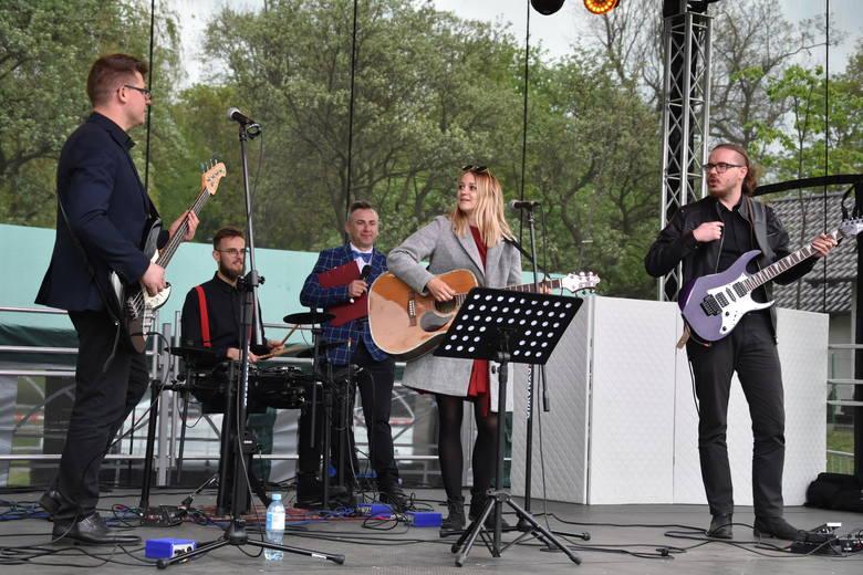 Pierwszy Festiwal Zespołów Weselnych w Kcyni to inicjatywa miejscowego  centrum kultury. Pomysł przedni, trochę jednak zawiodła pogoda.  Na szczęście
