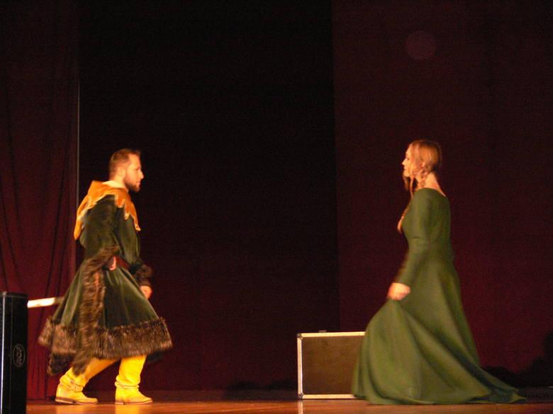 Projekcję poprzedził pokaz rycerstwa  Chorągwi Ziemi Sandomierskiej, którzy przypomnieli dawne tańce średniowieczne.