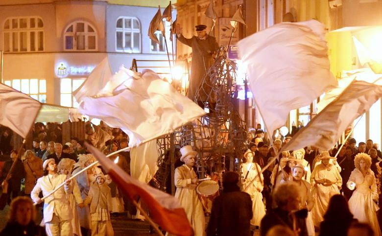 W setną rocznicę odzyskania przez Polskę niepodległości 11 listopada godz. 17.00 przed Lubuskim Teatrem w Zielonej Górze wyruszył  korowód niepodległościowy