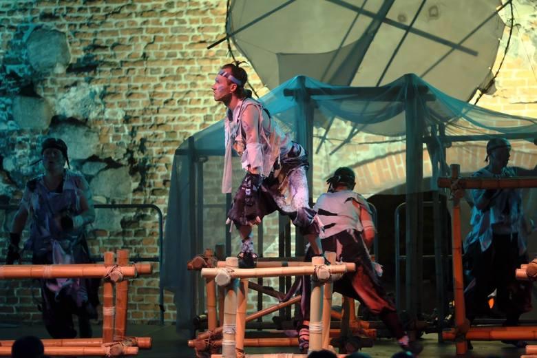 """W ramach Festiwalu Teatrów Ulicznych Teatr Baj Pomorski przedstawił """"Księgę dżungli"""". Klasyczne opowiadania ze zbioru Rudyarda Kiplinga ułożone zostały"""