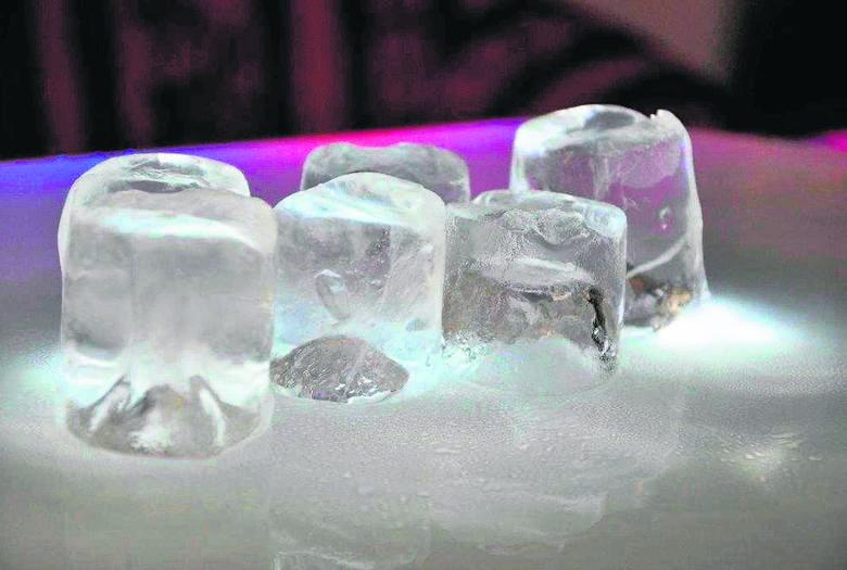Gotowy lód w kostkach jest idealnie przezroczysty.