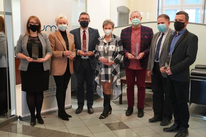 Studenci Śląskiego Uniwersytetu Medycznego nagrodzili wykładowców uczelni. Oto tegoroczni laureaci, na zdjęciu od lewej stoją: dr n. med. Agnieszka Białek-Dratwa,