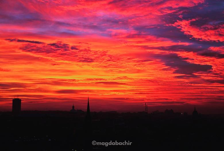 Dzisiejszy zachód słońca należy do tych najbardziej malowniczych. Śląsk skąpany w promieniach zachodzącego słońca wygląda przepięknie. Różowo-czerwone