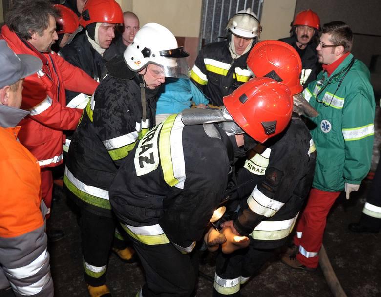Strażacy podczas akcji ratunkowej w wieżowcu przy ul. Popielów 1.