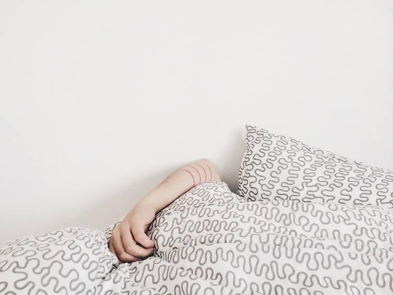 Warto wypróbować spanie na zewnątrz, np. w ogrodzie, na tarasie lub na dachu. Albo śpij na podłodze na balkonie, najlepiej na bambusowej macie lub m