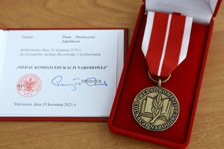 """Dyrektor szkoły od """"zakazu błyskawic"""" w Łodzi, czyli Dariusz Jakóbek, może już dumnie nosić na piersi swój Medal Komisji Edukacji Narodowej, który otrzymał"""