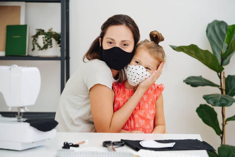 Jak zrobić maseczkę ochronną na twarz bez szycia? Wielorazowa maseczka na koronawirusa DIY - proste sposoby