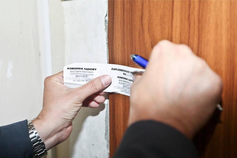 Domy, działki, mieszkania - każdego dnia są wystawiane na licytacje komornicze. Nieruchomości są zajmowane osobom zadłużonym, a później trafiają na licytację.