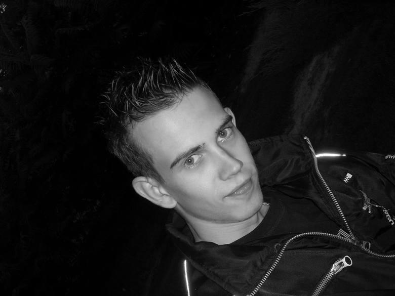 Witam. Nazywam sie Krzysztof Bieniek i pochodze z okolic Stalowej Woli. Obecnie studiuje informatyke w Rzeszowie. Interesuje sie fotografią, samochodami