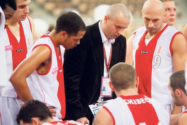 Trener ŁKS Piotr Zych wskazuje swoim podopiecznym drogę  do sukcesu.