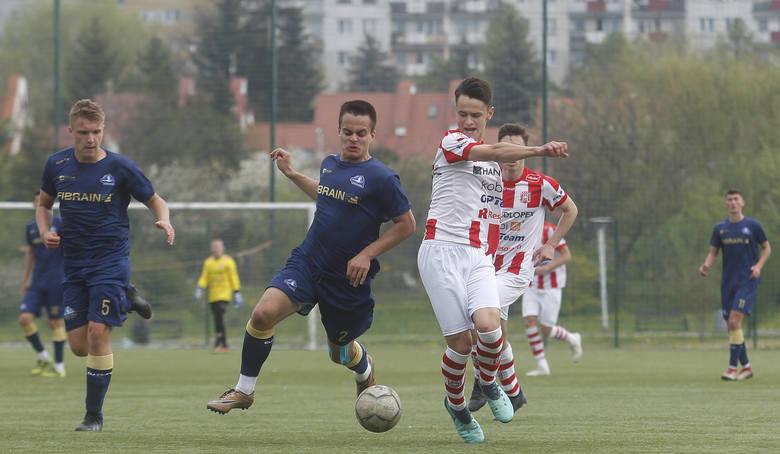 Resovia (biało-czerwone strone) pokonała na Stadionie Miejskim w derbach Stal Rzeszów 2:1. Bramki dla zwycięskiej drużyny zdobyli Szafar 20-karny i Basznianin
