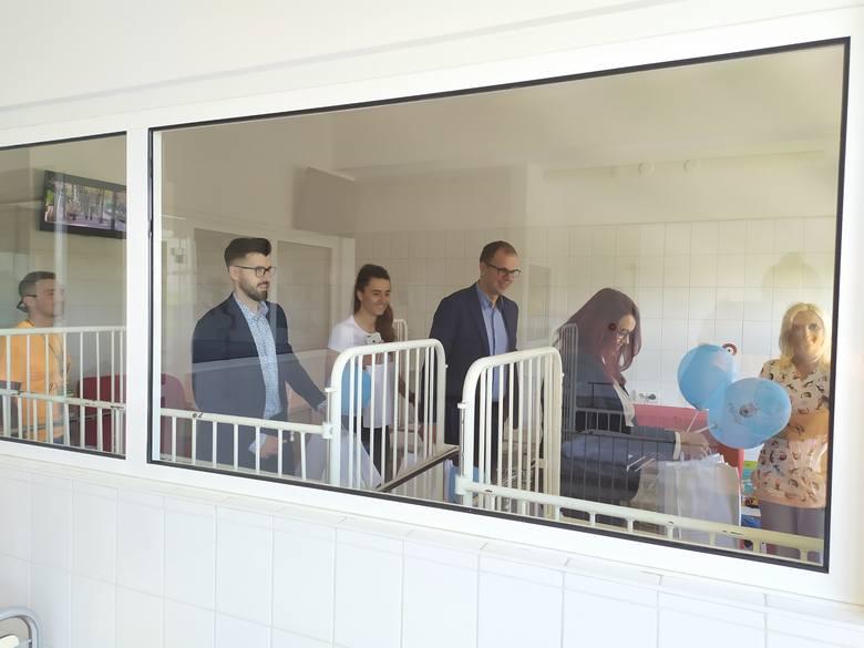 Prezydent Przemyśla Wojciech Bakun odwiedził 1 czerwca dzieci przebywające na oddziale pediatrii i chirurgii dziecięcej w Wojewódzkim Szpitalu w Przemyślu.