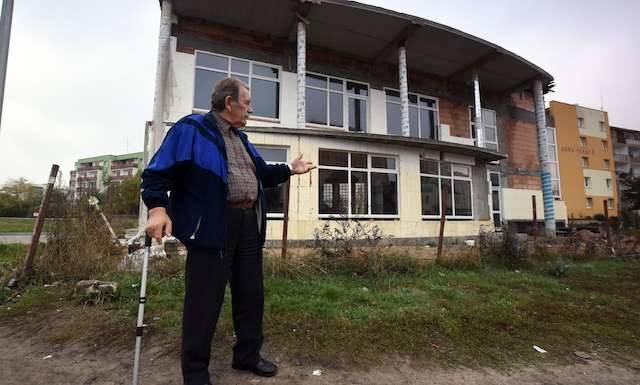 To zdjęcie z 2014 roku - Czesław Weyna przed obiektem budowanym na terenie wywłaszczonego gospodarstwa