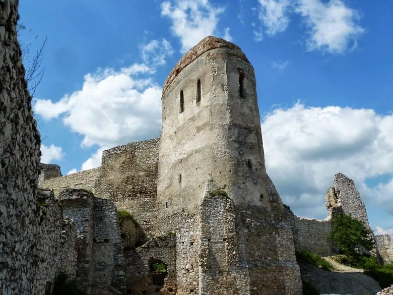 Ruiny głównej wieży zamku w Čachticach