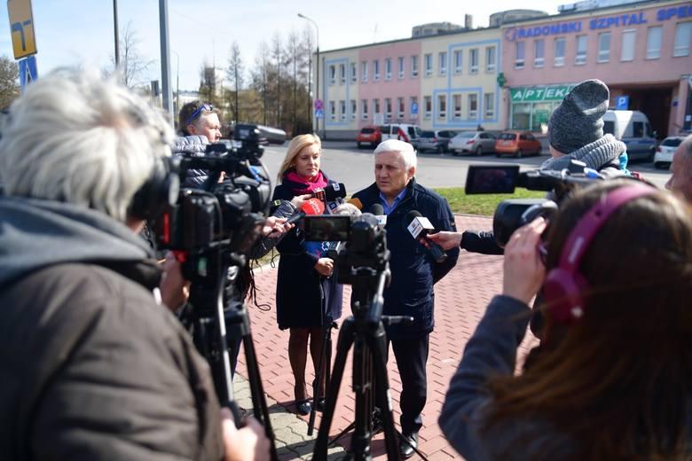 Marek Pacyna, dyrektor Radomskiego Szpitala Specjalistycznego oraz Elżbieta Cieślak, rzecznik prasowy tej lecznicy podczas poniedziałkowej konferencji