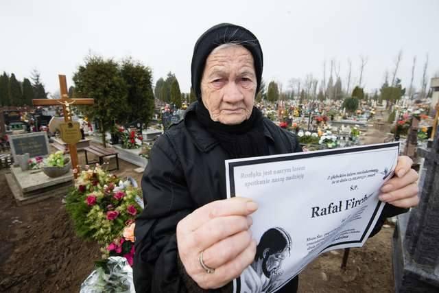 Gertruda Firchow nie może pochować swojego młodszego syna Rafała. Grób starszego, Bogusława, którego pogrzeb odbył się 12 lutego, widać w tle (po lewej