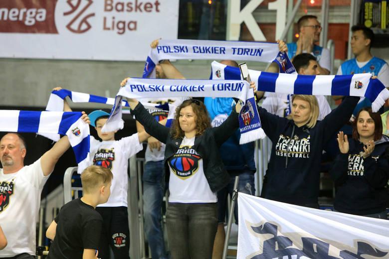 Polski Cukier Toruń pewnie pokonał Trefla Sopot różnicą 30 punktów!. W Arenie Toruń nie zabrakło kibiców, którzy głośno dopingowali Twarde Pierniki.