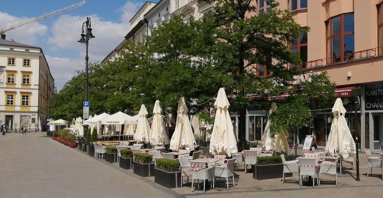 Sobota. Na Rynku Głównym trwają przygotowania do otwarcia w poniedziałek barów i restauracji.