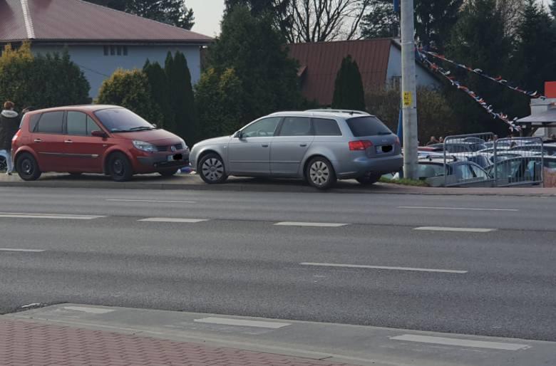 - Zdjęcia zostały wykonane na ul. Sikorskiego i w rejonie ul. Malowniczej. Zaparkowane pojazdy przy komisie samochodowym zagrażają  przechodniom i kierowcom