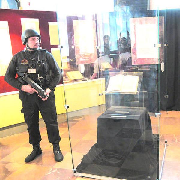 To nie była zwykła wystawa. W gablocie, której pilnowali ochroniarze znajdowała się książka warta milion dolarów.