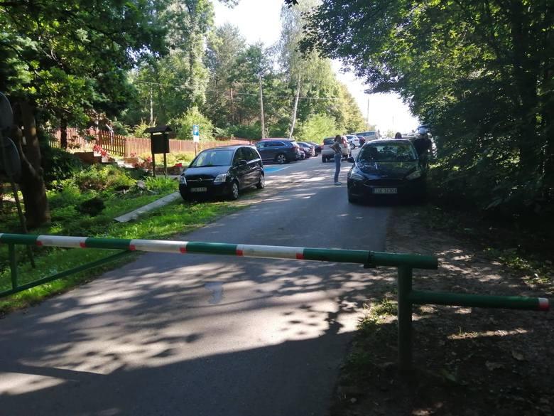 Drogi dojazdowe do lasów są zastawione autami. Sądząc z tablic rejestracyjnych można wywnioskować, że licznie na grzyby przyjeżdżają do nas mieszkańcy