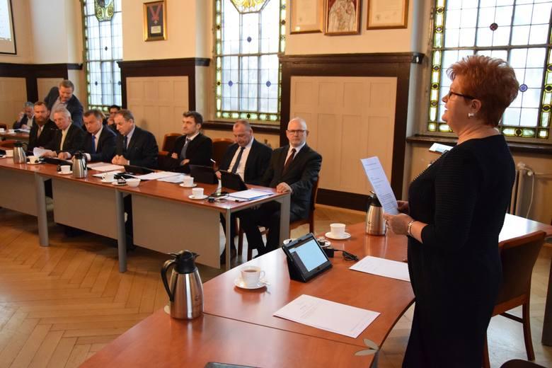 Na pierwszej sesji w kadencji 2018-23 wybrano prezydium rady powiatu oleskiego. Nie ma jeszcze nowego zarządu powiatu, ale nieoficjalnie ustaliliśmy