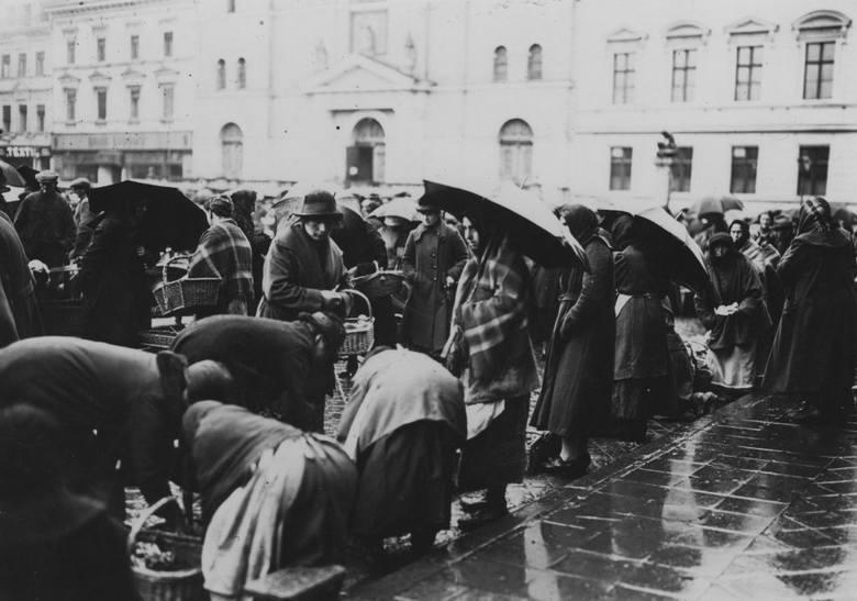 Handel na rynku w Bydgoszczy w deszczowy dzień. Rok 1925