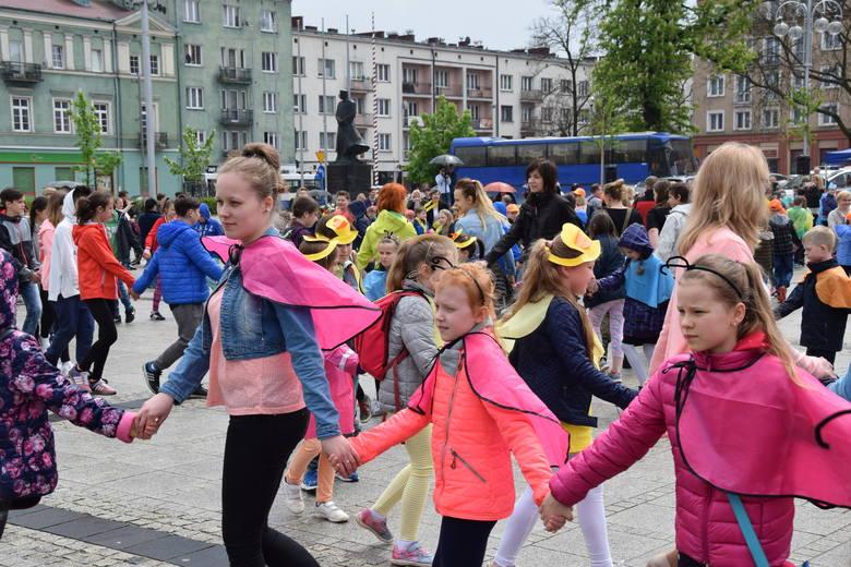 Kilkuset przedszkolaków i uczniów z Częstochowy zatańczyło 15 maja w samo południe na placu Biegańskiego. Bawili się z okazji Ogólnopolskiego Dnia Tańca,