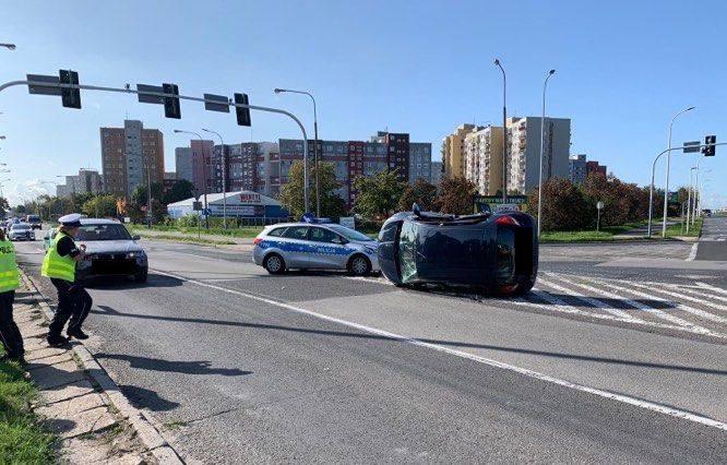 W sobotę przed godz. 10.00 na skrzyżowaniu ulic Pużaka i Sosnkowskiego doszło do wypadku. Zderzyły się dwa auta: ford i toyota, w wyniku czego ford przewrócił