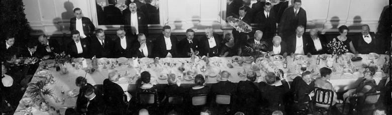 Cyganka wróżąca z kart klientom. Restauracja przy ulicy Belwederskiej w Warszawie (1927 r.)