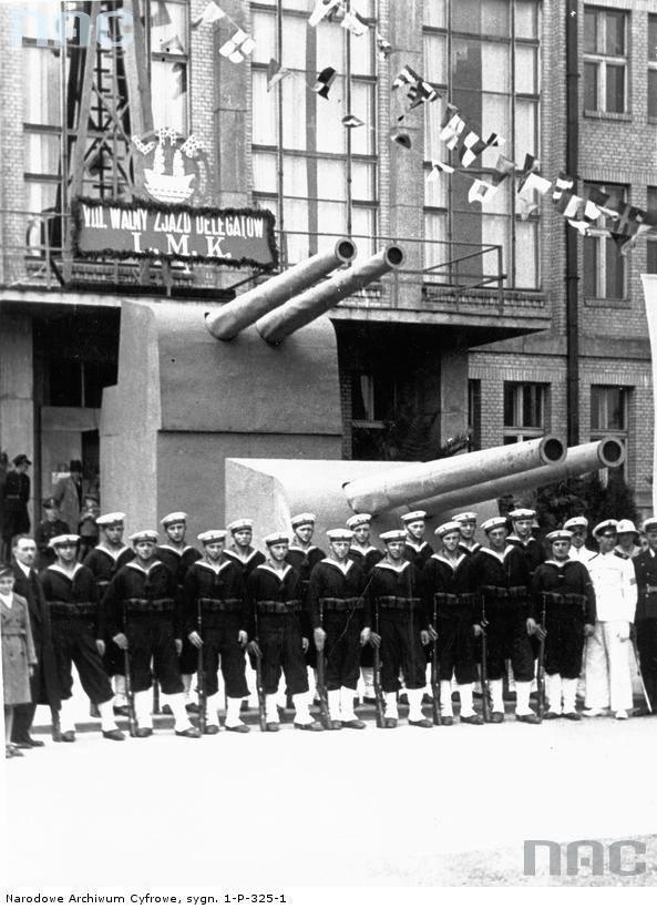 Wystawa z okazji VIII ogólnopolskiego zjazdu delegatów Ligi Morskiej i Kolonialnej. Oddział marynarzy przed makietą działa umieszczoną przed frontem