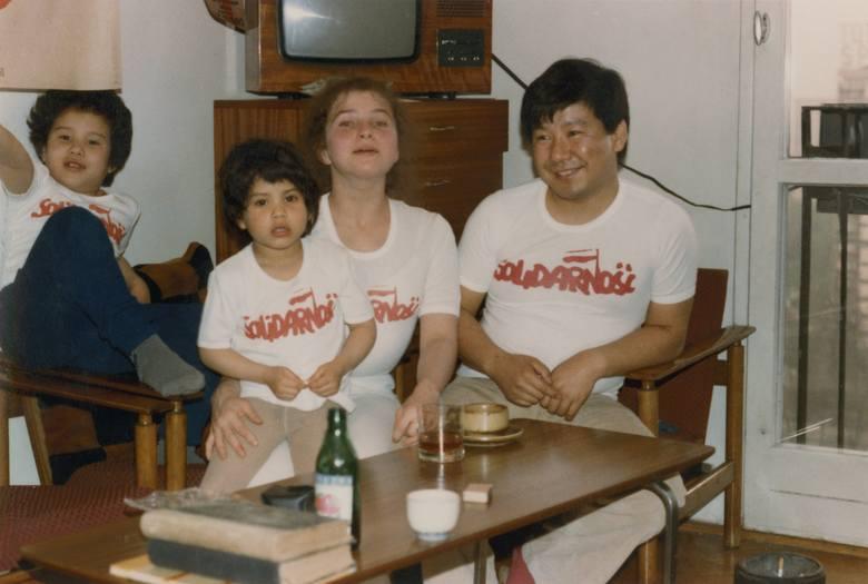 Rodzina Umedów w 1981 roku w Warszawie: Yoshiho Umeda, Agnieszka Żuławska-Umeda, Tomoho i Julia