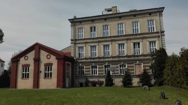 Jeszcze kilka lat temu w budynku przy ul. Grunwaldzkiej funkcjonowało Gimnazjum Nr 5 im. św. Jana Kantego. Po likwidacji gimnazjów w Polsce budynek czeka