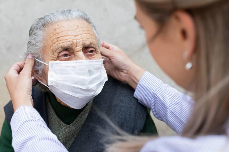 Komplikacje COVID-19 stają się częstsze wraz z wiekiem, choć paradoksalnie w przypadku niektórych z powikłań ich rozwój dotyczy większej liczby osób