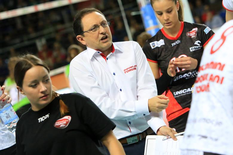 Trener Nicola Vettori już prawie miesiąc i cztery mecze czeka na wygranie choćby seta przez toruńską drużynę...