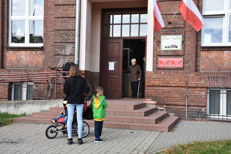 W SP nr 2 w Nakle mieściły się dwie obwodowe komisje wyborcze. Głosowali tu m.in.  mieszkańcy os. Chrobrego