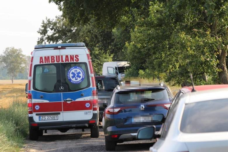 Sławieńska policja informuje, że na drodze niedaleko Żabna (gmina Sławno) doszło do śmiertelnego wypadku. Na miejscu działają służby. Z informacji przekazanych