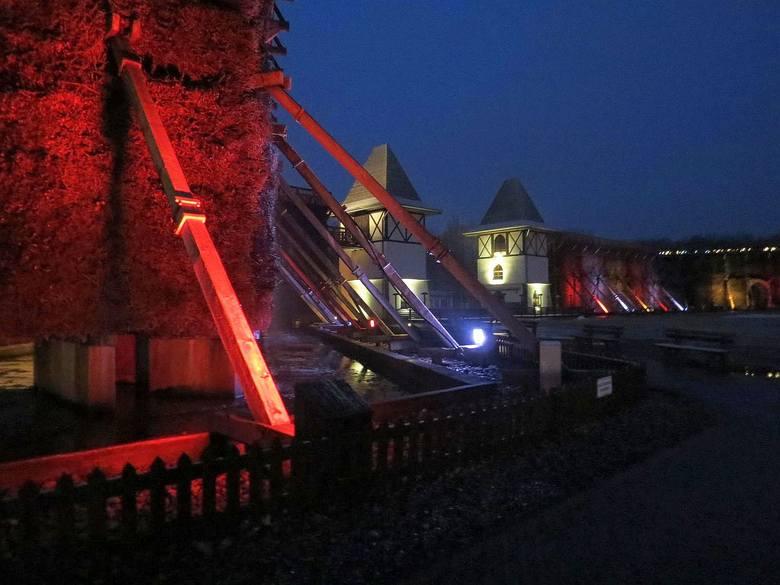 Od kilku dni tężnie solankowe w inowrocławskim Parku Zdrojowym  wieczorami zwracają uwagę piękna iluminacją. Z okazji setnej rocznicy wyzwolenia Inowrocławia